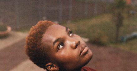 Lyrische Texte, Indie-Pop und R&B:Arlo Parks hat ihr Debüt vorgelegt.