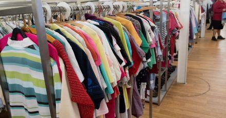 Es muss nicht immer brandneu sein: Second-Hand und Vintage-Kleidung sind schwer angesagt.