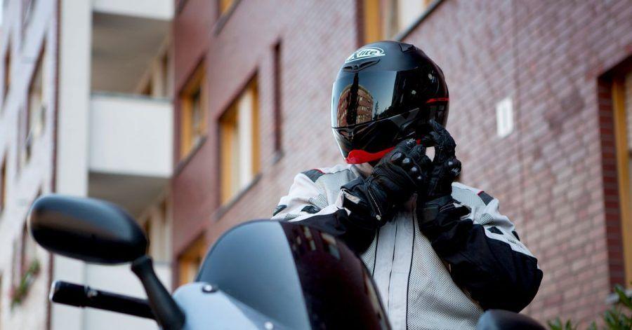 Ab und zu Hand anlegen: Zur Pflege der Motorradkleidung und des Zubehörs gehört auch ein Blick auf die Reißverschlüsse.