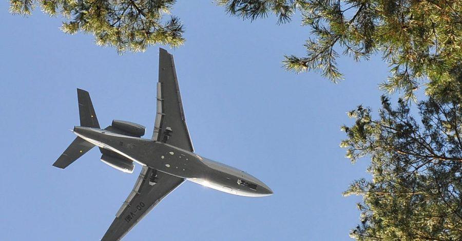 Ein Flugzeug im Landeanflug auf den Flughafen Schönefeld nahe Berlin.