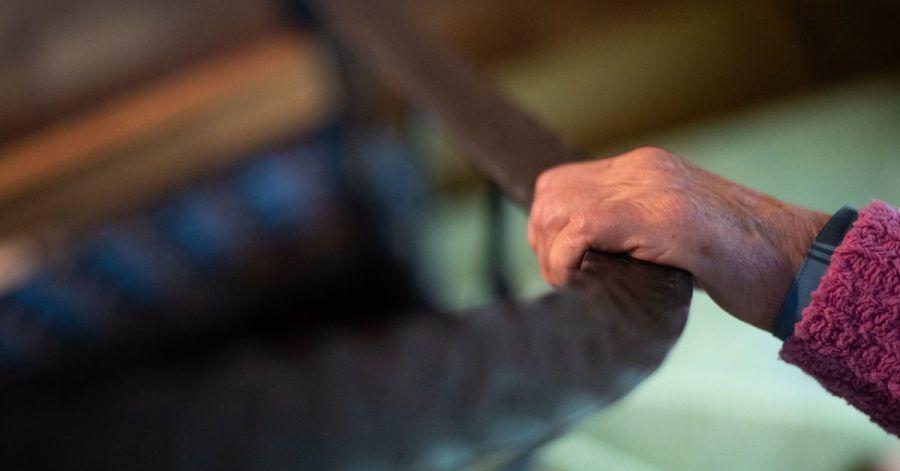 Eine angstmachende Barriere: Viele Senioren trauen sich nicht mehr zu, die Treppe zu Hause zu benutzen. Ein Treppenlift hilft dann weiter.