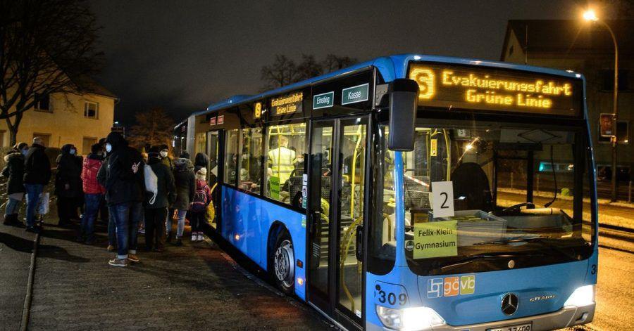 Anwohner steigen in einen Evakuierungsbus der Göttinger Verkehrsbetriebe.