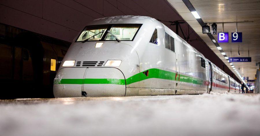 Ein Zug steht an einem verschneiten Bahnsteig im Hauptbahnhof von Hannover.