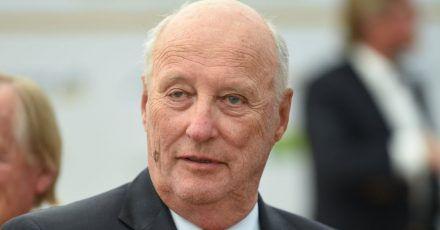 König Harald V. von Norwegen wurde erfolgreich am Bein operiert.