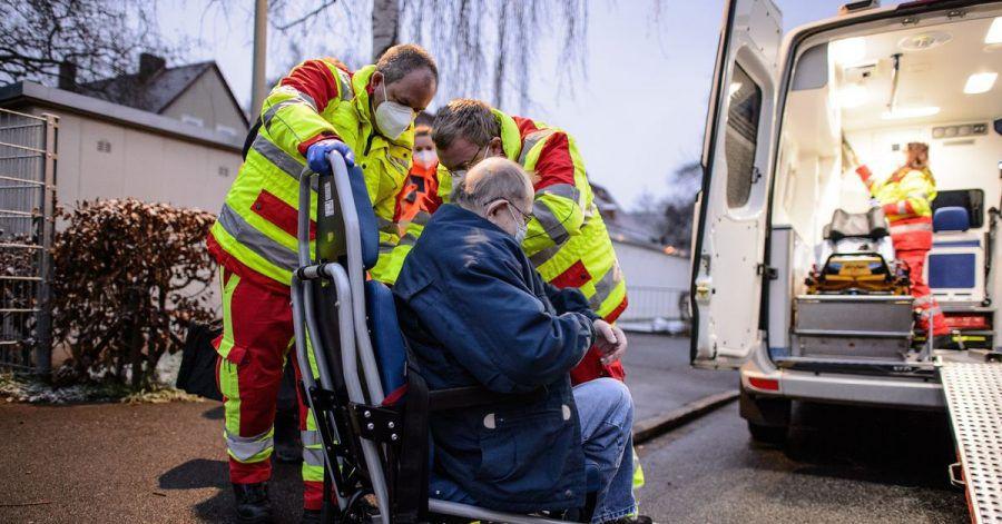 Einsatzkräfte evakuieren einen Bewohner in Göttingen.
