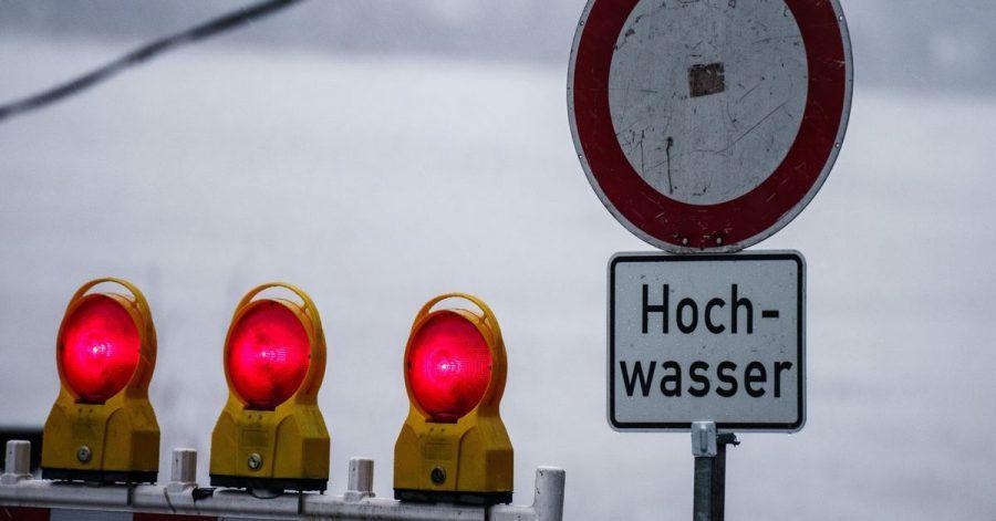 Ein Hochwasserschild steht am Rhein bei Mainz. Starkregen und Tauwetter sorgen aktuell in Rheinland-Pfalz für stark ansteigende Wasserstände.