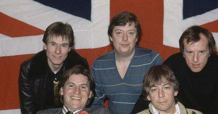 The Animals mit Hilton Valentine (l-r), Chas Chandler, John Steel (vordere Reihe), Alan Price und Eric Burdon 1983 in London.