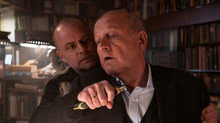 """""""Wilsberg: Unser tägliches Brot"""": Tobias Nagel (André Röhner, l.) verdächtigt Wilsberg (Leonard Lansink), dass er mit Niehoff zusammenarbeitet, um ihm einen Mord anzuhängen (cg/spot)"""