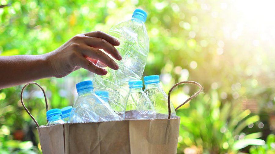 Plastikflaschen und Papiertüten sind umweltschädlicher als viele denken. (spot)