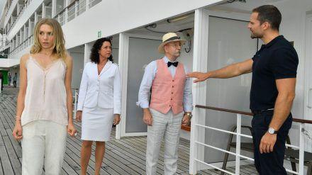 """""""Das Traumschiff: Seychellen"""": Bodyguard Leo Schöne (Moritz Otto, r.) hält auch Prominenz wie Horst Lichter (2. v. r.) davon ab, seinem Schützling zu nahe zu kommen. (ili/spot)"""