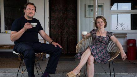 """""""Für immer Sommer 90"""": Andy (Charly Hübner) möchte Berit (Karoline Schuch) unterstützen (cg/spot)"""
