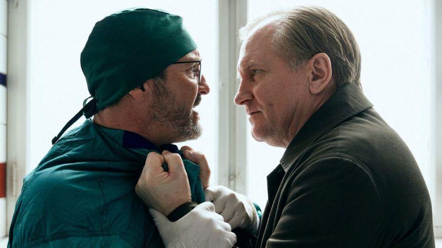 Polizist Bjørn (Ulrich Thomsen, r.) kann seine Wut auch gegenüber Kollegen nicht zurückhalten. (stk/spot)