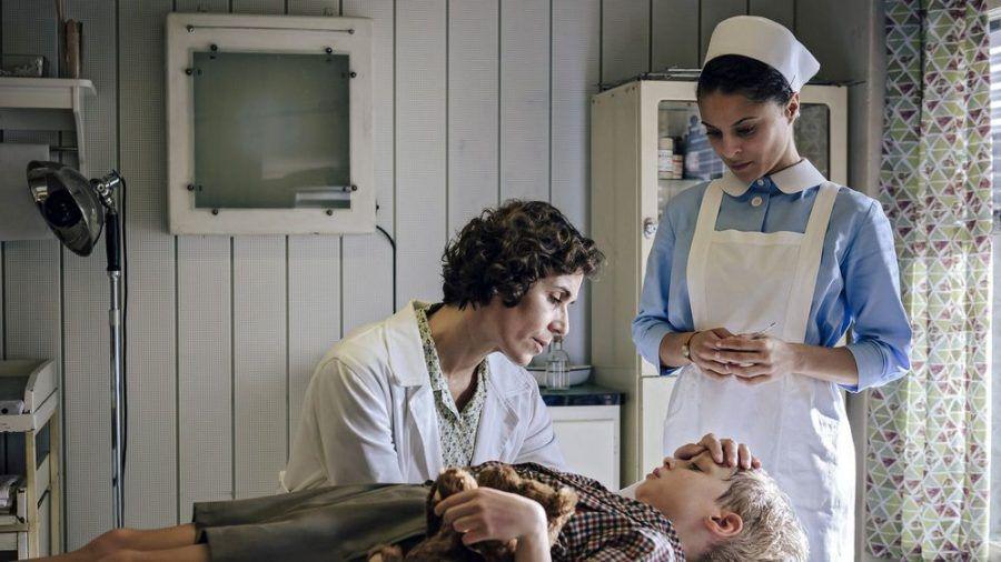 """""""Charité: Eiserne Lunge"""":  Kinderärztin Dr. Ingeborg Rapaport (Nina Kunzendorf, l.) und Schwester Arianna (Patricia Meeden) kümmern sich um den kleinen Werner (Hugo Gross) (cg/spot)"""