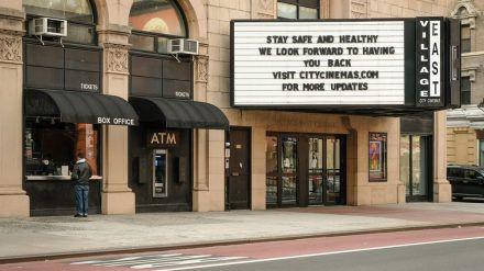 Wie in vielen anderen Ländern sind auch in den USA weiterhin zahlreiche Kinos geschlossen - wie hier in New York City. (wag/spot)
