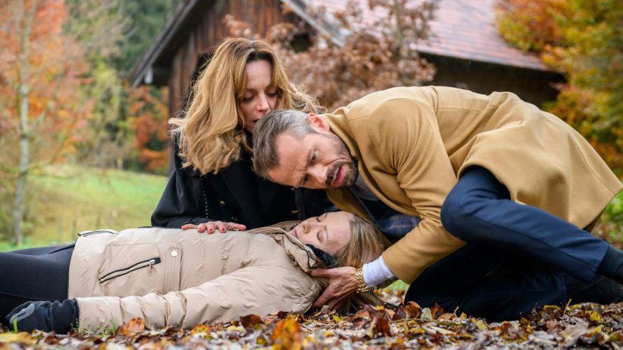 """""""Sturm der Liebe"""": Erik ist völlig entgeistert, als Ariane (h.) zögert, Selina das Gegengift zu verabreichen (cg/spot)"""
