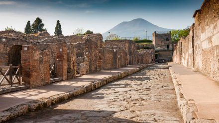 Die römische Stadt Pompeji wurde bei einem Vulkanausbruch des Vesuvs unter einer Asche- und Bimsschicht begraben. (amw/spot)
