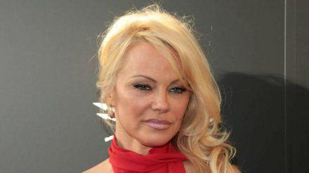 Pamela Anderson ist seit Jahren gut mit Julian Assange befreundet. (stk/spot)