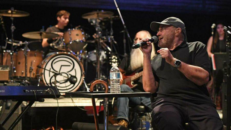 Phil Collins (r.) tritt heute häufig im Sitzen auf, am Schlagzeug ersetzt ihn sein Sohn Nic (l.). (wag/spot)