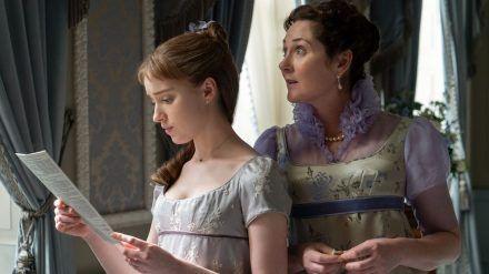 """Die Hauptfigur in """"Bridgerton"""" ist Daphne Bridgerton (l.). Hier ist sie mit Mutter Lady Violet Bridgerton (r.) zu sehen. (jru/spot)"""