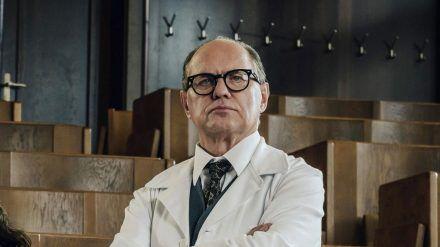 """Uwe Ochsenknecht (oben) als Gynäkologe Prof. Helmut Kraatz in der 3. Staffel der historischen Krankenhausserie """"Charité"""" (ili/spot)"""