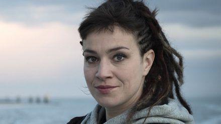 """Tatort: Tödliche Flut"": Schauspielerin Franziska Hartmann verkörpert Journalistin Imke Leopold. (ili/spot)"