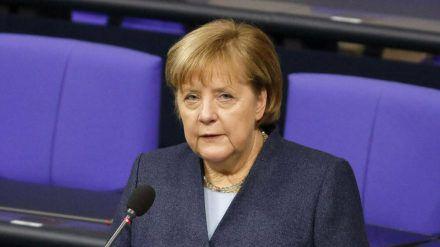 Angela Merkel und ihre Regierung sahen sich zu weiteren Einschnitten im Alltag gezwungen. (stk/spot)