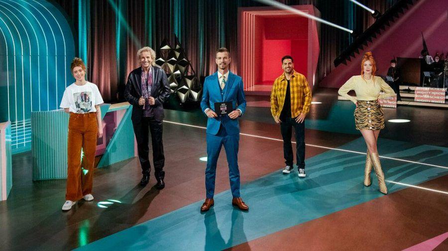 Joko Winterscheidt (Mitte) bleibt erst einmal Besitzer seiner eigenen TV-Show. (stk/spot)