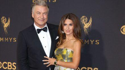Alec und Hilaria Baldwin bei den Emmy Awards 2017. (jom/spot)