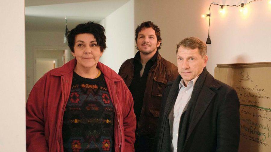"""""""Tatort: Das ist unser Haus"""": Ulrike (Christiane Rösinger) und die Kommissare Bootz (Felix Klare, m.) und Lannert (Richy Müller) (cg/spot)"""