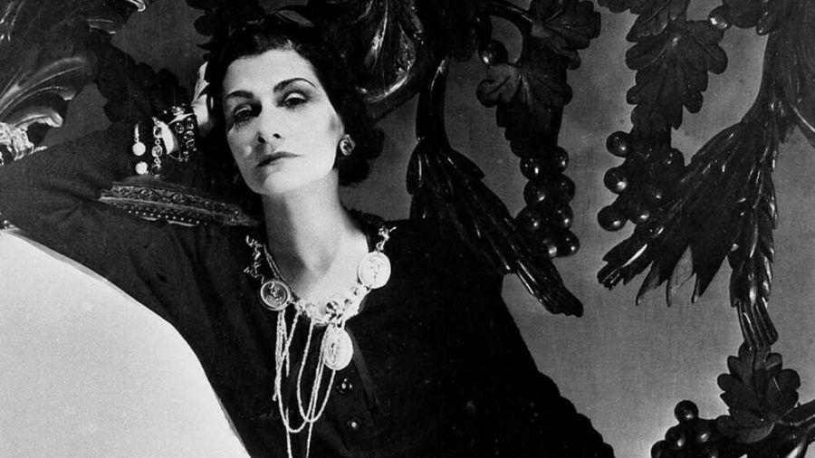 """Mit ihrem kleinen Schwarzen, den vielen Perlenketten und Bob-Schnitt veränderte Gabrielle """"Coco"""" Chanel die Modewelt. (ncz/spot)"""