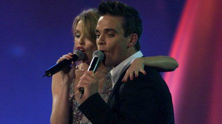 Kylie Minogue und Robbie Williams im Jahr 2000 bei einem gemeinsamen Auftritt (mia/spot)