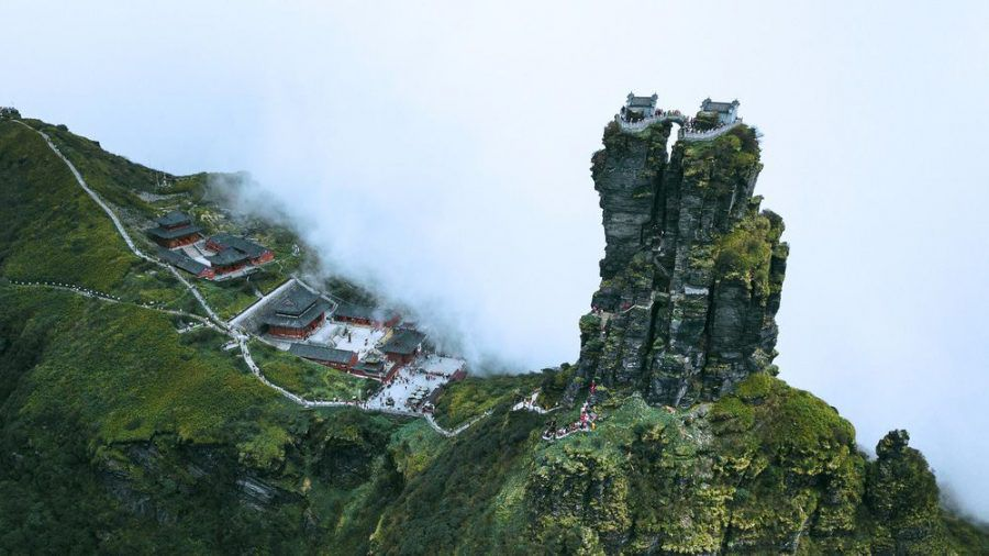 In Nebelschwaden gehüllt: die Zwillingstempel von Fanjingshan. (kms/spot)