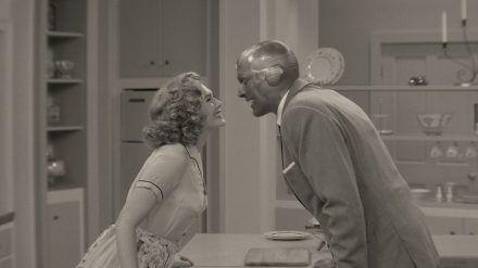 Elizabeth Olsen und Paul Bettany hat es als Wanda Maximoff und Vision in eine 1950er Jahre Sitcom verschlagen. (stk/spot)