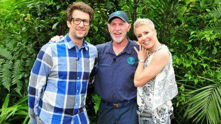 Ehrengast Dr. Bob (Mitte) mit den Moderatoren Daniel Hartwich und Sonja Zietlow. (jom/spot)