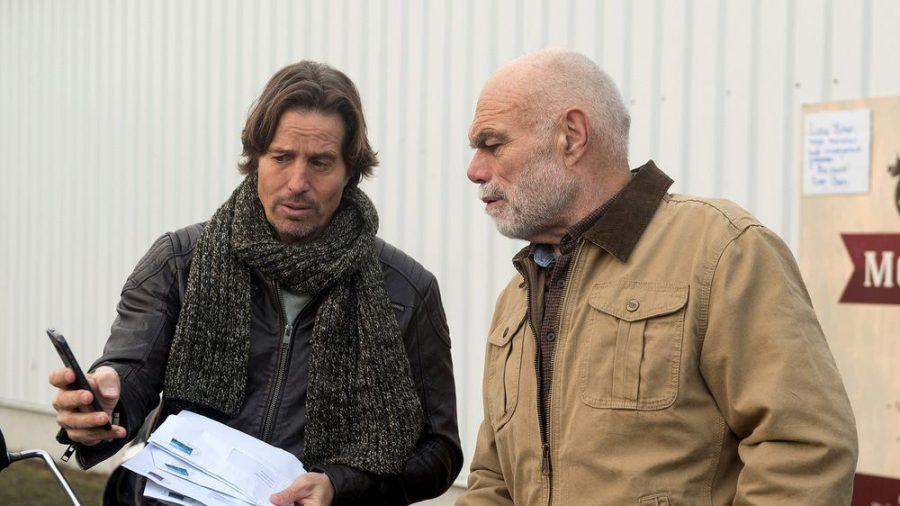 """""""Rote Rosen"""": Ben (l.) ist in finanzieller Bedrängnis, lehnt Walters  Angebot, ihm mehr Geld zu leihen, allerdings ab (cg/spot)"""