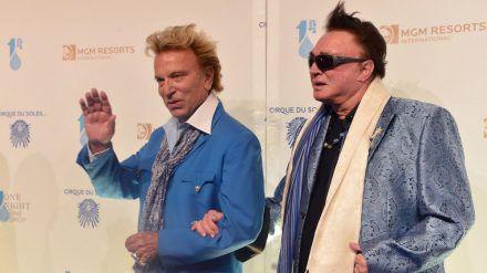 Siegfried (li.) mit Magier-Kollege Roy auf einer Las-Vegas-Veranstaltung im Jahr 2014. (jom/spot)