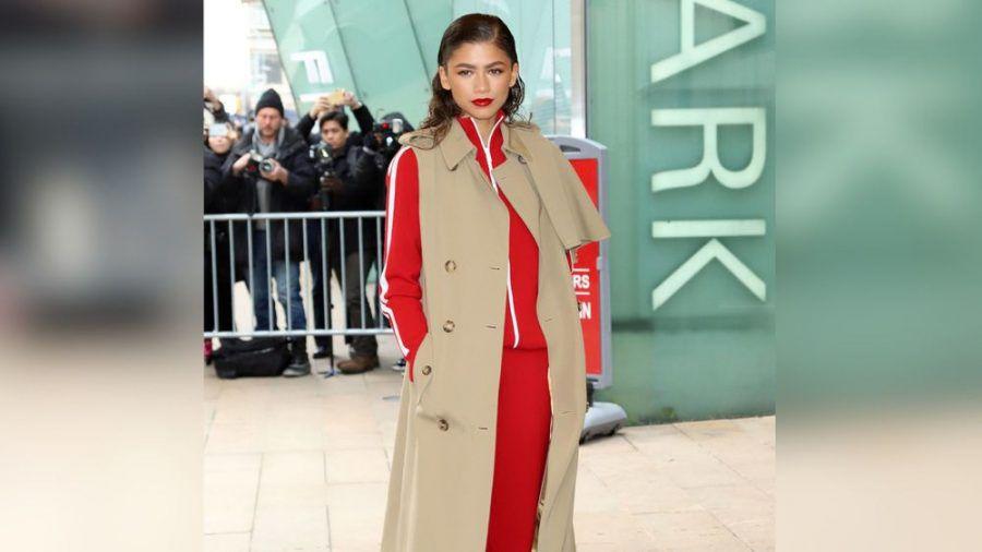 Schauspielerin Zendaya trägt ihren ärmellosen Trenchcoat über einem Trainingsanzug. (cos/spot)