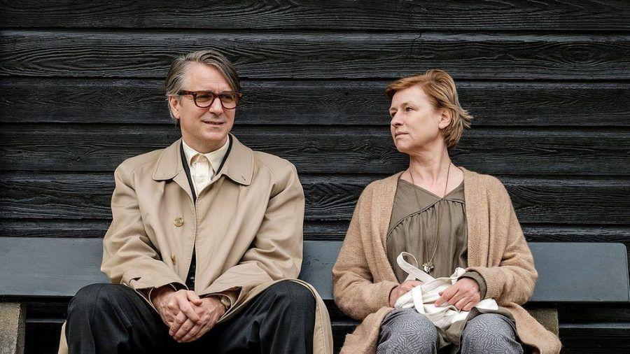 """""""Ruhe! Hier stirbt Lothar"""": Lothar (Jens Harzer) lernt im Hospiz Rosa (Corinna Harfouch) kennen und entwickelt Gefühle für sie. (cg/spot)"""