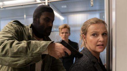 """""""Die Chefin: Portofino"""": Ein maskierter Mann bedroht Vera Lanz (Katharina Böhm) mit einer Pistole (cg/spot)"""