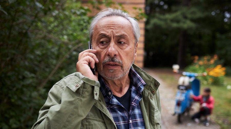 """""""Stubbe - Tödliche Hilfe"""": Keine gute Nachricht für Stubbe (Wolfgang Stumph), als er mit seiner Enkelin Caroline (Greta Kasalo) losfahren will (cg/spot)"""