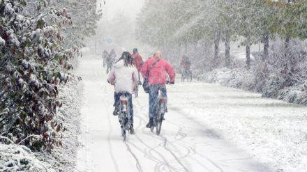 Vorsicht! Auf Schnee kommen gewöhnliche Fahrradreifen leicht ins Rutschen. (elm/spot)