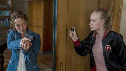 """""""Polizeiruf 110: Monstermutter"""": Kommissarin Olga Lenski (Maria Simon, l.) spürt die flüchtige Täterin (Luzia Oppermann) auf. (cg/spot)"""