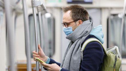 In den öffentlichen Verkehrsmitteln und Geschäften müssen nun OP-Masken oder FFP2-Masken getragen werden (stk/spot)