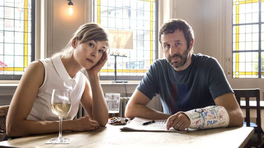 """""""State of the Union"""": Haben Tom (Chris O'Dowd) und Louise (Rosamund Pike) wirklich nur noch die gemeinsame Leidenschaft Kreuzworträtsel? (ili/spot)"""