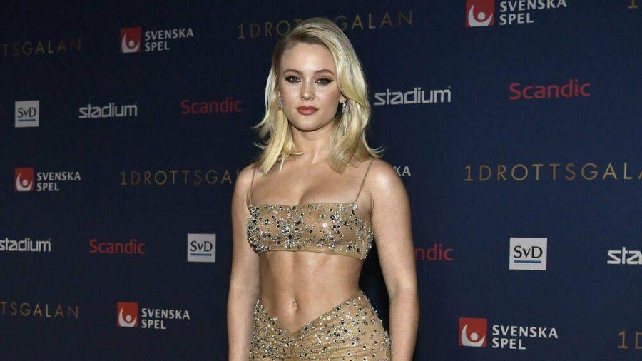 Sängerin Zara Larsson zeigt ihren trainierten Bauch auf dem roten Teppich in Stockholm. (ncz/spot)