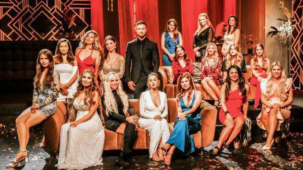 """Niko Griesert schickt die ersten beiden """"Bachelor""""-Kandidatinnen nach Hause. (rto/spot)"""