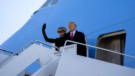 Donald und Melania Trump verabschieden sich, bevor sie die Air Force One besteigen. (wue/spot)