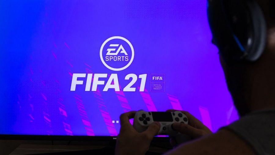 """Ein Mann vor einer Partie """"FIFA 21"""" (wue/spot)"""