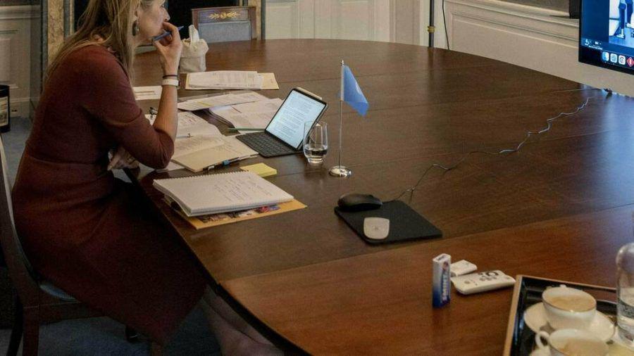 Die schuhlose Máxima der Niederlande bei ihrem Meeting. (jom/spot)