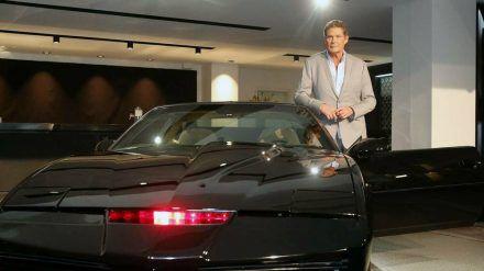 """David Hasselhoff mit dem legendären Sportwagen K.I.T.T. aus der Serie """"Knight Rider"""" (hub/spot)"""